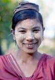 Ragazza birmana con la pasta di Thanaka sul suo fronte Fotografia Stock