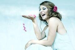 Ragazza in blu con il fiore in suoi capelli Fotografia Stock