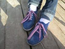 Ragazza blu delle scarpe da tennis con i pizzi rosa Immagini Stock Libere da Diritti