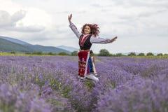 Ragazza bulgara felice in un giacimento della lavanda immagini stock libere da diritti