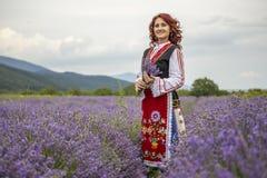 Ragazza bulgara in un giacimento della lavanda fotografie stock