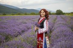 Ragazza bulgara in un giacimento della lavanda immagine stock libera da diritti