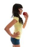 Ragazza in buona salute che mangia frutta fotografie stock