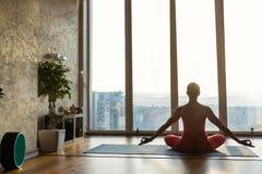 Ragazza in buona salute che medita in appartamento Fotografie Stock Libere da Diritti
