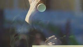 Ragazza in caffè bevente del hijab, godente di riuscita vita, felicità femminile stock footage
