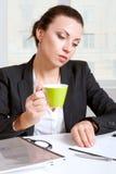 Ragazza in caffè della bevanda che guarda i documenti Immagini Stock Libere da Diritti