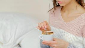 Ragazza calda della bevanda di energia di mattina che mescola caffè Immagini Stock Libere da Diritti
