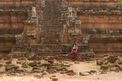 Ragazza cambogiana in vestito khmer a Phimeanakas a Angkor Thom immagini stock