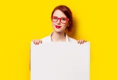 Ragazza in camicia e vetri con il bordo bianco Fotografia Stock