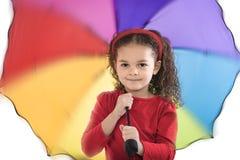 Ragazza in camicia rossa con l'ombrello variopinto fotografie stock