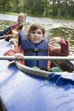 Ragazza in canoa. Ora legale immagini stock
