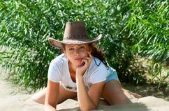 Ragazza in cappello del cowboy Fotografia Stock