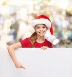 Ragazza in cappello dell'assistente di Santa con il bordo bianco in bianco Fotografie Stock Libere da Diritti