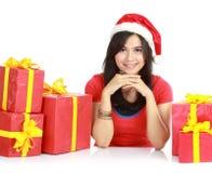Ragazza in cappello della Santa con il mucchio dei regali di natale Immagine Stock Libera da Diritti