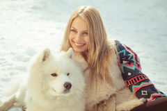 Ragazza con il cane samoed Fotografie Stock