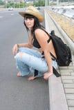 Ragazza in cappello giallo vicino alle strade Fotografia Stock Libera da Diritti