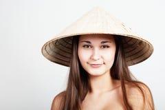 Ragazza in cappello vietnamita Fotografie Stock