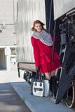 Ragazza in cappotto rosso e treno d'annata fotografie stock