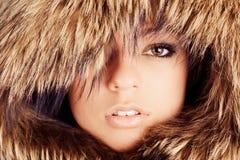 Ragazza in cappuccio della pelliccia Immagine Stock