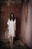 Ragazza in casa terrificante Fotografie Stock Libere da Diritti