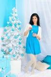 Ragazza castana all'albero del nuovo anno fotografia stock libera da diritti