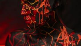 Ragazza castana con bodypainting sul corpo sotto forma di lava congelata archivi video