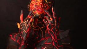 Ragazza castana con bodypainting sul corpo sotto forma di lava congelata stock footage