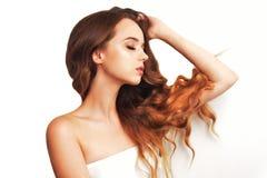 Ragazza castana con capelli lunghi lunghi e brillanti Bella donna di modello con l'acconciatura riccia ed il trucco alla moda fotografia stock libera da diritti