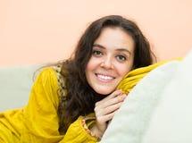 Ragazza castana con il sorriso affascinante Fotografie Stock Libere da Diritti