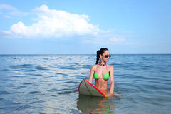Ragazza castana con un surf Fotografia Stock