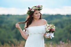 Ragazza castana con una corona floreale immagini stock libere da diritti