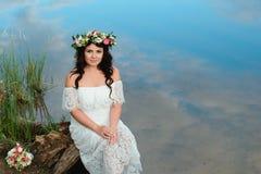Ragazza castana con una corona floreale immagine stock