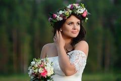Ragazza castana con una corona floreale fotografie stock libere da diritti