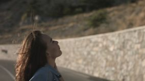Ragazza castana dei capelli lunghi che cammina sulla strada stock footage
