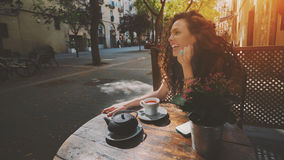 Ragazza castana riccia di risata in caffè Immagini Stock Libere da Diritti