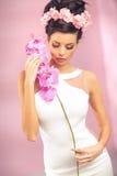 Ragazza castana sensuale con il fiore Fotografia Stock