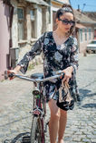 Ragazza castana sexy giovane con la vecchia retro bicicletta dell'annata di stile Fotografia Stock Libera da Diritti