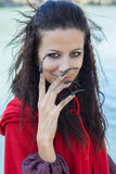 Ragazza castana in un impermeabile rosso Fotografia Stock Libera da Diritti