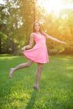 Ragazza casuale della giovane dei pantaloni a vita bassa donna del modello nel campo nel tramonto in spri Fotografia Stock Libera da Diritti