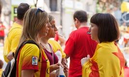 Ragazza catalana non identificata con il modello della bandiera catalana Fotografie Stock Libere da Diritti