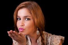Ragazza caucasica abbastanza giovane che trasmette bacio Fotografie Stock