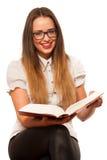 Ragazza caucasica asiatica felice che lerning nei lotti del woth di studio dei libri o Fotografie Stock Libere da Diritti
