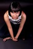 Ragazza caucasica Charming che si siede sul pavimento Fotografie Stock Libere da Diritti
