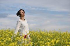 Ragazza caucasica che ascolta la musica con la cuffia nell'aria aperta Fotografie Stock