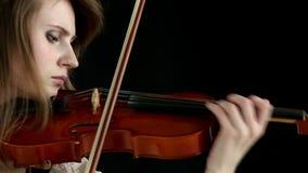 Ragazza caucasica del violinista su un fondo nero video d archivio