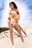Ragazza caucasica di Beautifull che cammina sulla spiaggia Fotografie Stock Libere da Diritti