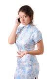 Ragazza caucasica nel vestito cinese con un telefono cellulare Fotografie Stock