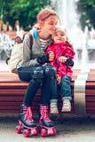 Ragazza che abbraccia la sua sorellina fotografia stock