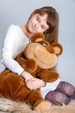 Ragazza che abbraccia orso Immagine Stock Libera da Diritti