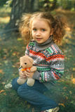Ragazza che abbraccia un orso di orsacchiotto Fotografia Stock